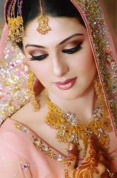 Trendy Pakistani Bridal Makeup Gold Make Up - Wedding Makeup Classic Dulhan Makeup, Pakistani Bridal Jewelry, Pakistani Bridal Makeup, Indian Wedding Makeup, Best Bridal Makeup, Bridal Makeup Looks, Bride Makeup, Bridal Beauty, Bengali Makeup