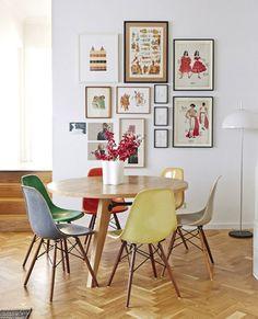 As mesas redondas funcionam super bem em pequenos espaços, pois acabam acomodando mais pessoas sentadas do que uma mesa quadrada do mesmo tamanho. Além disso, elas não têm quinas e podem ser acomodadas em qualquer canto, sem atrapalhar a passagem.
