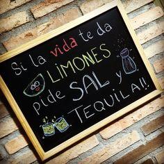 """Pues eso,... Que si """"la vida te da limones... ¡¡Pide sal y tequila!!"""" #pizarra #blackboard #mensajes #frases #ActitudPositiva #tizas"""
