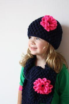 Heerlijke warme muts en sjaal met grote bloem. Deze wordt op maat gemaakt i.v.m. handwerk, vraagdus altijd even naar de levertijd.Geef bij de bestelling aan in het veld opmerkingen de juist... Crochet For Kids, Diy Crochet, Crochet Shawl, Crochet Accessories, Crochet Flowers, Baby Hats, Knitting Patterns, Sewing Projects, Ibiza