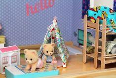 Des bâtonnets de glaces devenus meubles miniatures pour cet Atelier du Mercredi Mona a reçu pour ses 3 ans une très jolie maison de poupées (trouvée chez Lidl), c'est naturellement devenu le logis de ses Sylvianan. Il faut dire que c'est un de ses jeux …