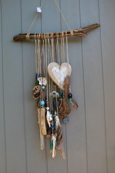Bohemian cell phone with large pieces of driftwood, wooden heart shells with . Bohemian cell phone with large pieces of driftwood, wooden heart . Driftwood Mobile, Driftwood Art, Seashell Crafts, Beach Crafts, Carillons Diy, Diy Wind Chimes, Seashell Wind Chimes, Driftwood Projects, Wooden Hearts