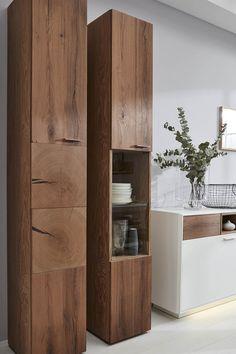 Lasse Die Standvitrinen Der Interliving Wohnzimmer Serie 2102 In Dunklem  Asteiche Echtholz Furnier Ein