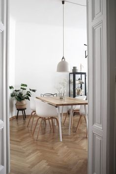 Dining room furniture ideas that are going to be one of the best dining room design sets of the year! Get inspired by these dining room lighting and furniture ideas! Dining Room Lighting, Dining Room Chairs, Dining Room Furniture, Dining Table, Houses Architecture, Masters Chair, Style Retro, Modern Kitchen Design, Dining Room Design