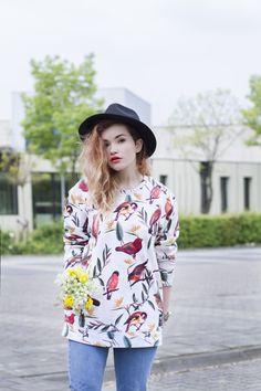Fashionblogger and Influencer - Urbantraveller Mrs. Mokum , Rachel Ecclestone, Amsterdam x Breaking Rocks Birds Park sweater. #breakingrocks #bloggerstyle #fashionkilla #alloverprinted #influencer #Amsterdam #urbanstyle #birds #flowers #sweaterlife #wanderlust #trending #love #fashionlove #lookbook
