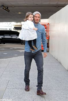 The Beckhams Head to London For the Holidays: David Beckham carried Harper into LAX. Mens Clothing Guide, David Beckham Style, Harper Beckham, Levis Jean Jacket, Stylish Mens Outfits, Latest Mens Fashion, Hair And Beard Styles, Denim Shirt, Autumn Fashion
