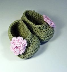Sweet leaf green baby booties with pastel pink