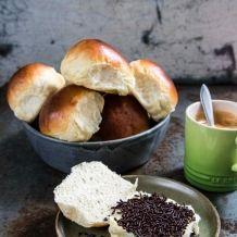 Zachte witte bolletjes bakken - recept Dutch Recipes, Sweet Recipes, Baking Recipes, Homemade Buns, Homemade Dinner Rolls, Art Cafe, Croissant Dough, Pan Relleno, Sandwiches