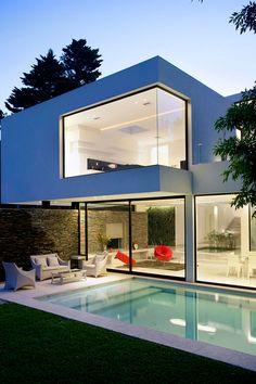 Carrara House | Source Modernidade, fala se a junção de concreto, vidro e madeira! Geometria ousada, com piscina moderna e espaço!