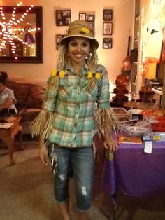 Diy Scarecrow halloween costume. Made with a hula skirt;)