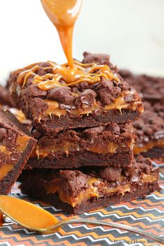 Buttery chocolate cookie topped with ooey gooey caramel and chocolate chunks, these chewy chocolate caramel bars are to die for!