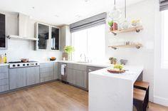 Cocina en gris, blancos y madera