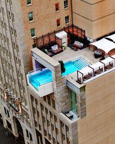 Wussten Sie, dass es einen Pool gibt, in dem es 40 Meter in die Tiefe geht? Und einen, der über einen Kilometer lang ist? TRAVELBOOK stellt diese und 16 weitere ziemlich ungewöhnliche Pools vor.