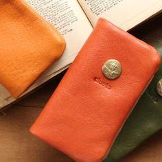 注)ディティールはカラーがキャメルのものを使用しています。袋縫いで仕上げたキーケース。独特のふっくらした仕上がりにオイルレザーの質感がしっとり柔らかく握り心地...|ハンドメイド、手作り、手仕事品の通販・販売・購入ならCreema。