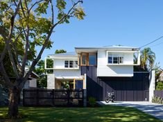 Outside view post war cottage renovation with Breezway Altair Louvre Windows Weatherboard House, Queenslander, Future House, Modern House Facades, Cottage Renovation, Dream House Exterior, Facade House, House Exteriors, House Colors