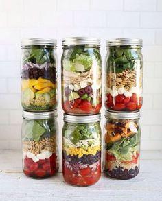 Layering salad in a glass - 10 recipes for layered salad for .-Salat im Glas schichten – 10 Rezepte für Schichtsalat zum Mitnehmen The salad ingredients are layered in a certain way in the glass - Mason Jars, Mason Jar Meals, Meals In A Jar, Full Meals, Pot Mason, Canning Jars, Quick Meals, Salad In A Jar, Soup And Salad