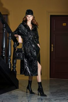 Fendi Resort 2020 Fashion Show - Vogue Catwalk Fashion, Fashion 2020, Women's Fashion, Vogue Paris, Karl Lagerfeld, Vogue Russia, Fashion Show Collection, Mannequins, Leather Fashion