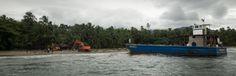 Desembarco en las solitarias playas del Caribe de las máquinas que tendrán que transitar durante kilómetros por la selva para llegar al poblado de Río Chucará