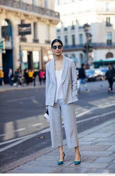 Nessa produção a calça curta dá bossa ao conjuntinho de sempre. Um salto em tom vibrante ajuda a levantar o astral do look tradicional.