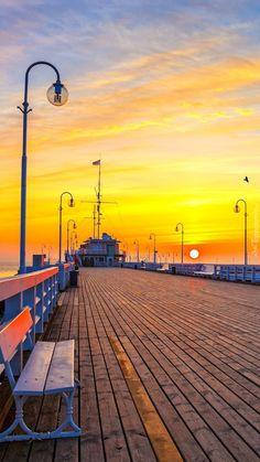 Molo z ławkami w zachodzącym słońcu - Tapeta na telefon Palace, Mystery, Ocean, Celestial, Sunset, Life, Outdoor, Beautiful, Wallpapers