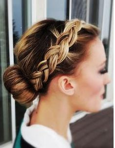Just make a big bun with braid yourself, klassischer dutt strenger flechtzopf alltag party ball, Pretty Hairstyles, Braided Hairstyles, Hairstyle Ideas, Hairstyle Tutorials, Braided Updo, Braided Crown, Short Hairstyles, Donut Bun Hairstyles, Messy Fishtail
