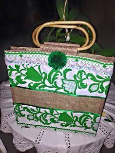 Bolso decorado con tela pollera panameña y Mota de color que combina con la misma.  Confección Rosa Mayorga de Creaciones Mary Rose