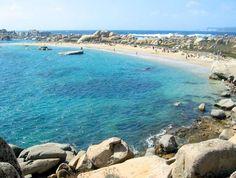 La Corse. Les plages de l'île Piana (Lavezzi). Une mer chaude et transparente, des paysages époustouflants : que demande le peuple?