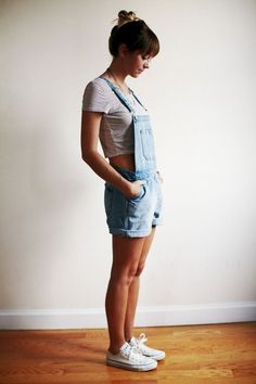 Crop top gives the modern look to this outfit. Overalls are making their comeback and are now being paired with crop tops to show a little skin on the side. Denim Crop Top, Crop Tops, Womens Denim Overall Shorts, Overall Shorts Outfit, Crop Top And Shorts, Salopette Short, Salopette Jeans, Mode Outfits, Casual Outfits