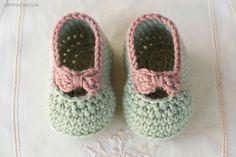 Pequeños botines del bebé de la señora libre del patrón de ganchillo -