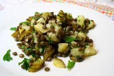 Sałatka z zielonej soczewicy, ziemniaków i ogórka kiszonego