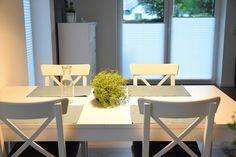 Esstisch und Stühle von IKEA toll beleuchtet