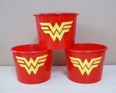 Balde de 1,5L Personalizado para festa MULHER MARAVILHA KIT COM 10 BALDES. *Feito com ADESIVO PLÁSTICO ESPECIAL, pode ser lavado com água e detergente que não estraga. Para decorar as mesas da sua festa, ou ainda como balde de pipoca para lembrancinhas. Temos outras cores e temas. Geek Stuff, Wonder Woman, Party, 1, Tableware, Supergirl, Reiki, Wonder Woman Birthday, Popcorn Bucket