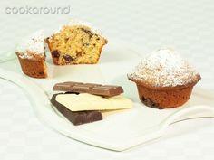 Muffins ai tre cioccolati.  Ingredienti: 280 g di farina 00, 3 cucchiaini di lievito in polvere istantaneo, 1 pizzico di sale, 120 g di zucchero di canna, 2 uova grandi, 50 g di ciocolato fondente a pezzi, 50 g di cioccolata al latte a pezzi, 50 g di cioccolata bianca a pezzi, 250 ml di panna acida, 90 g di burro fuso e lasciato raffreddare, 1 bustina di vanillina, burro per ungere gli stampi.