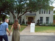 Chip and Joanna Gaines help a young couple transform a conventional brick house into a stylish home that's ideally suited for a new family and that, on the inside, effectively marries rustic and traditional styles. Fixer Upper Joanna, Magnolia Fixer Upper, Modern Stair Railing, Modern Stairs, Loft Railing, Magnolia Farms, Magnolia Market, Magnolia Homes, Craftsman Front Doors