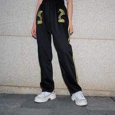 Ce pantalon streetwear sera parfait pour apporter une touche d'élégance et de nouveauté à votre style urbain.  Il sera idéale pour tenue de sortie ou même pour rester au calme à la maison autant en hiver quand été grâce à son design et sa matière protectrice de votre peaux.Meilleure Boutique STREETWEAR Pantalon Streetwear, Style Streetwear, Python, Hip Hop, Jogging, Parfait, Street Wear, Sweatpants, Guide