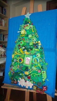 Anaokulu artık malzemeler kullanarak yılbaşı ağacı grup  çalışması. Yeşil objelerle kolaj yeniyıl çam ağacı.  Okul öncesi faaliyet