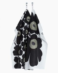 Two tea towels in a cotton-linen blend, each with a different black Unikko motif. The slightly textured woven fabric is made of cotton, linen.Marimekko's famous poppy pattern Unikko was born in 1964 in a time when the design house's c Marimekko, White Tea Towels, Poppy Pattern, Image House, Kitchen Towels, Cotton Linen, Black Cotton, Pot Holders, Black And White