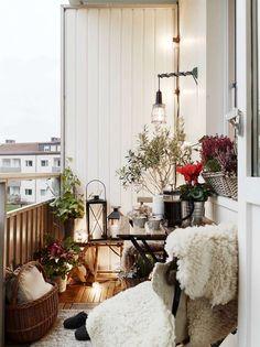 petit balcon décoré de fleurs pour balcon et couvertures chaudes pour l'hiver. Balcony. Balcony decor. Outdoor. Hippie. Plants. Lantern. Relaxed. Earthy.