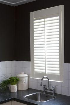 Jasno shutters vóór het keukenraam. Met shutters creëer je in de keuken een bijzondere sfeer. Maar naast sfeervol, zijn ze ook heel praktisch. Je kunt eenvoudig de hoeveelheid privacy en lichtinval naar behoefte regelen met de verstelbare lamellen. Bovendien zorgen shutters voor een goede akoestiek en zijn ze gemakkelijk in onderhoud. Shutters worden op maat gemaakt en zijn bij vrijwel elke raamvorm mogelijk. Er zijn tal van mogelijkheden qua kleuren, lamelbreedten en bedieningsopties. Door…