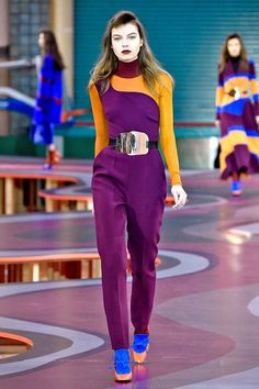 30 Color Combinations That Prove Rules Don't Matter  #refinery29  http://www.refinery29.com/outfit-color-combos#slide-17  Grape & OrangeOnce again, purple and orange are happy bedfellows. This time, at Roksanda Ilincic.