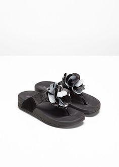 1ff45c3ce9 Šľapky lesklá čierna S profilovanou a • 17.99 € • bonprix