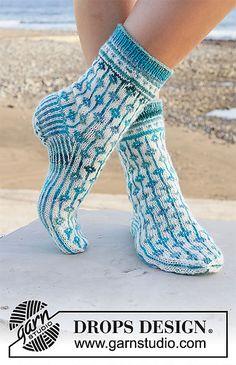 Diamond Seas - tweekleurig - Free pattern by DROPS Design Crochet Socks, Knitting Socks, Knit Crochet, Knit Socks, Knitting Designs, Knitting Patterns Free, Free Knitting, Crochet Patterns, Drops Design
