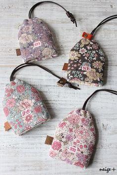 今回のイベントにも連れて行くおうちキーケース4色で作ってみました ♪大きなローズ柄も大好きですが私のYUWAのエントリーは綿麻キャンバスこのピンクの薄いス... Coin Purse Pattern, Purse Patterns, Quilt Patterns, Sewing Patterns, Key Bag, Key Pouch, Small Sewing Projects, Sewing Crafts, Korean Crafts
