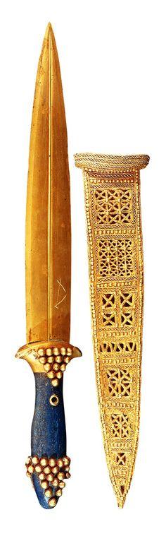 Puñal de oro con mango de lapislázuli. Tumba pg/580. Las tumbas reales de Ur. Museo de Bagdad.