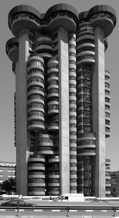 Las Torres Blancas es un edificio de viviendas del arquitecto Francisco Javier Sáenz de Oiza, situado en Madrid, diseñado en 1961 y construido entre 1964 y 1969.Oiza quiso hacer un edificio de viviendas singular, muy alto, que creciera orgánicamente, como un árbol o como un conjunto arbóreo, recorrido verticalmente por escaleras, ascensores e instalaciones, como si fueran venas o vasos leñosos que unían las viviendas con el suelo.La única torre de hormigón visto en que se plasmó la idea…