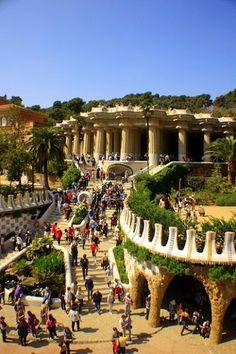 El Parque Güell (Parc Güell en catalán y Park Güell en su denominación original) es un parque público con jardines y elementos arquitectónicos situado en la parte superior de la ciudad de Barcelona (España), en la vertiente meridional del Monte Carmelo, perteneciente a las estribaciones de la sierra de Collserola.