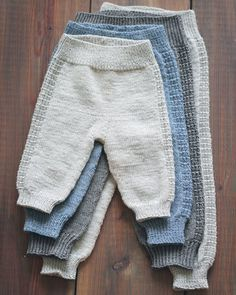 Baby knitting patterns: our favorite models - Baby pants pattern Knit Baby Pants, Baby Pants Pattern, Crochet Pants, Crochet Baby, Baby Boy Knitting, Baby Knitting Patterns, Baby Patterns, Kids Knitting, Baby Outfits