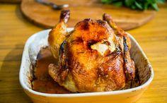 Frango assado recheado com maçã e cebola Prato conhecido como 'frango francês' é sofisticado e acompanha farofa
