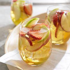 Refreshing Apple Sangria: Calvados, cider, Cava, sugar, etc Can't wait to try it! Apple Cider Sangria, White Sangria, Apple Juice, Spanish Sangria Recipe, Sangria Recipes, Apple Brandy, Honeycrisp Apples, Gastronomia, Bon Appetit