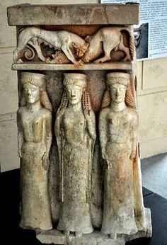 Gela. Arula raffigurante tre figure femminili, sormontate da una scena di zoomachia. Il manufatto, di grandi dimensioni (altezza 1,14 m.), è stato recuperato assieme ad altre due arule negli scavi presso l'emporio di Bosco Littorio. Seconda metà VI secolo a.C.